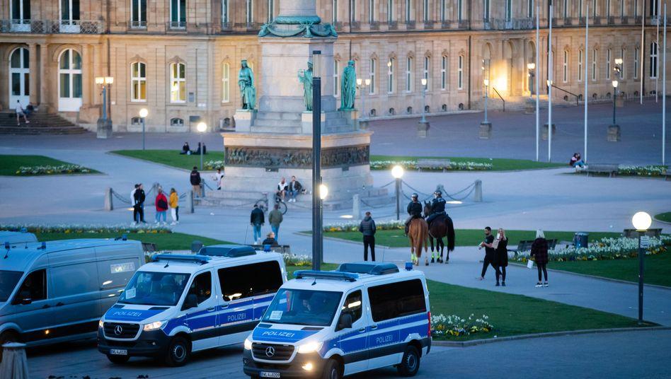 Einsatzwagen der Polizei kurz vor Beginn der Ausgangssperre auf dem Schlossplatz in Stuttgart