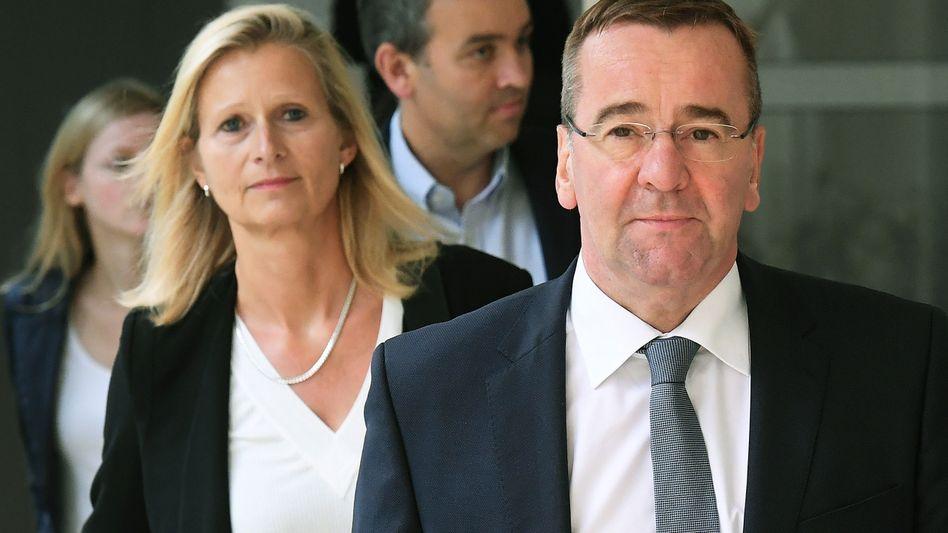 Niedersachsens Innenminister Boris Pistorius (SPD) und Maren Brandenburger, Präsidentin des Verfassungsschutzes Niedersachsen