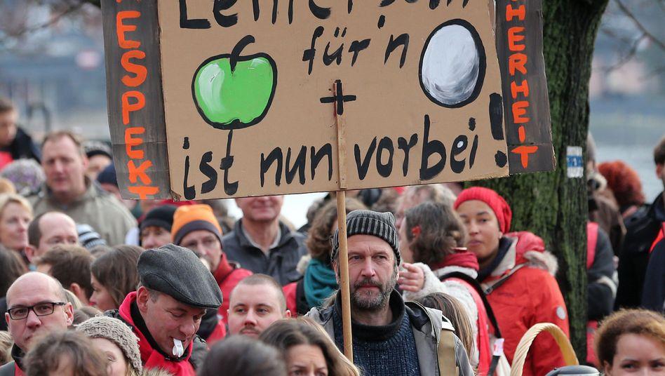 Lehrkräfte bei einer Kundgebung der GEW in Berlin