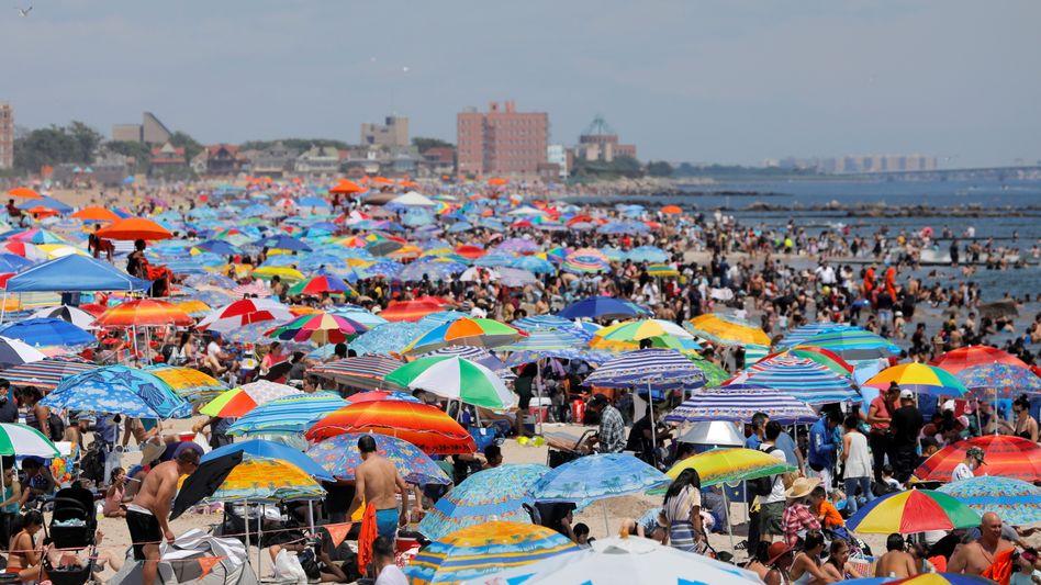 Überfüllter Strand von Coney Island in Brooklyn, New York City am 4. Juli