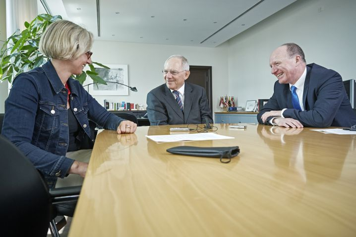 Wolfgang Schäuble (center) during his SPIEGEL interview with editors Christiane Hoffmann and Christian Reiermann in Berlin.