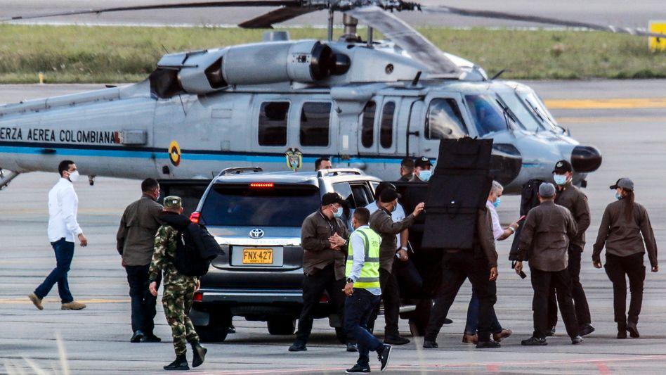 Der Hubschrauber des kolumbianischen Präsidenten steht nach der Attacke auf dem Flughafen in Cúcuta