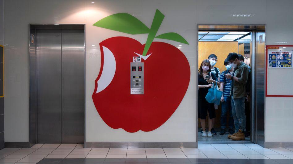 Das Logo von »Apple Daily« vor den Redaktionsräumen der Zeitung