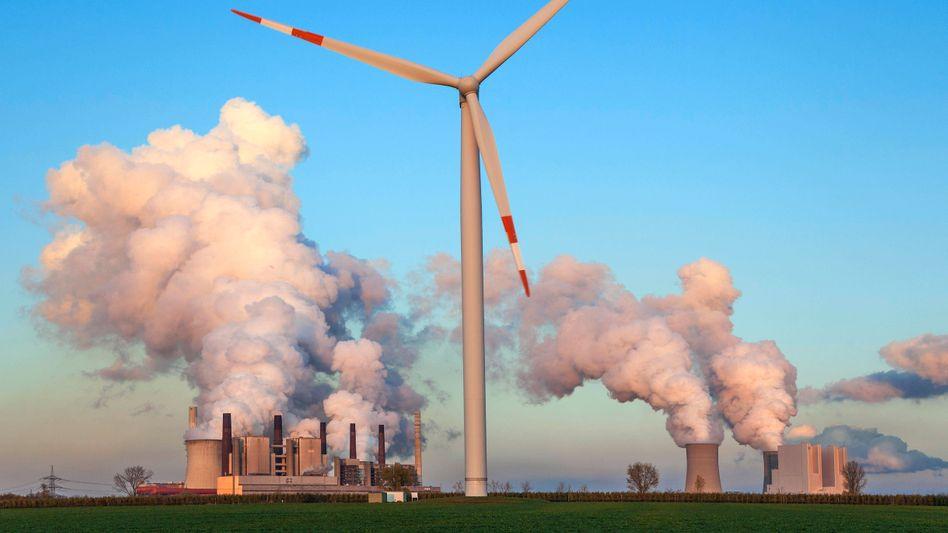 Windrad und Kohlekraftwerk in Nordrhein-Westfalen