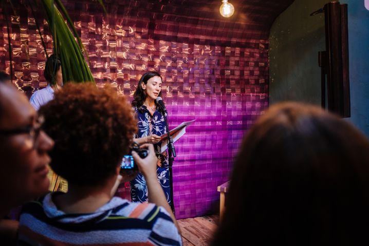 Kekilli bei der Eröffnung des Frauenhauses Casa Respeita as Mina in Salvador de Bahia