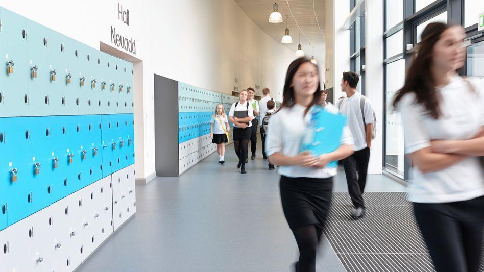 Schüler im Flur (Archiv): Neue Technik soll potenzielle Amokläufer lokalisieren