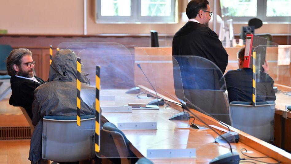"""Angeklagte Polizeibeamte mit Verteidigern im Landgericht Erfurt: """"Dazu geeignet, das Vertrauen in die Integrität der Polizei zu beeinflussen"""""""