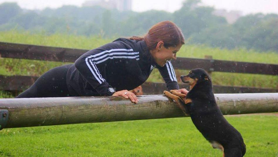 Janin Ziegenhagen mit Pincher-Mischling Billy: Fit mit Hund ist ein spezielles Trainingsprogramm für Tier und Halter