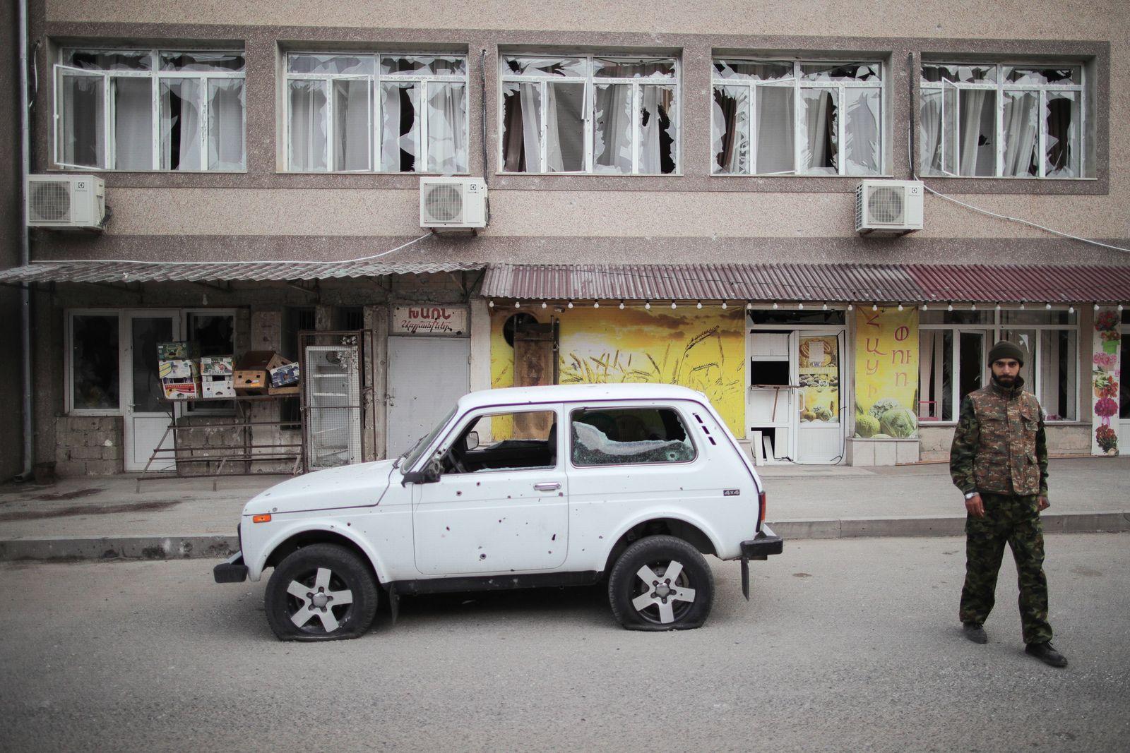 Bergkarabach, Kämpfe in der von Armenien und Aserbaidschan umstrittenen Region NAGORNO-KARABAKH - OCTOBER 2, 2020: A bu