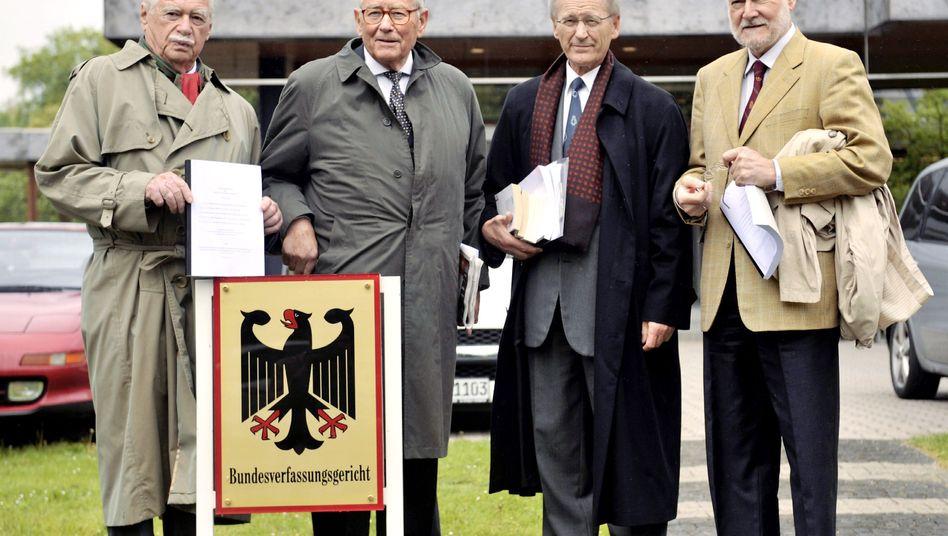 """Professoren Starbatty, Schachtschneider, Nölling und Hankel (von rechts) vor dem Bundesverfassungsgericht: """"Deutscher und europäischer Ruin"""""""