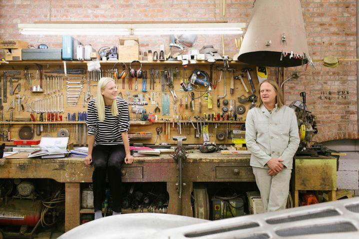 De Vries und seine Tochter Romy in der Werkstatt