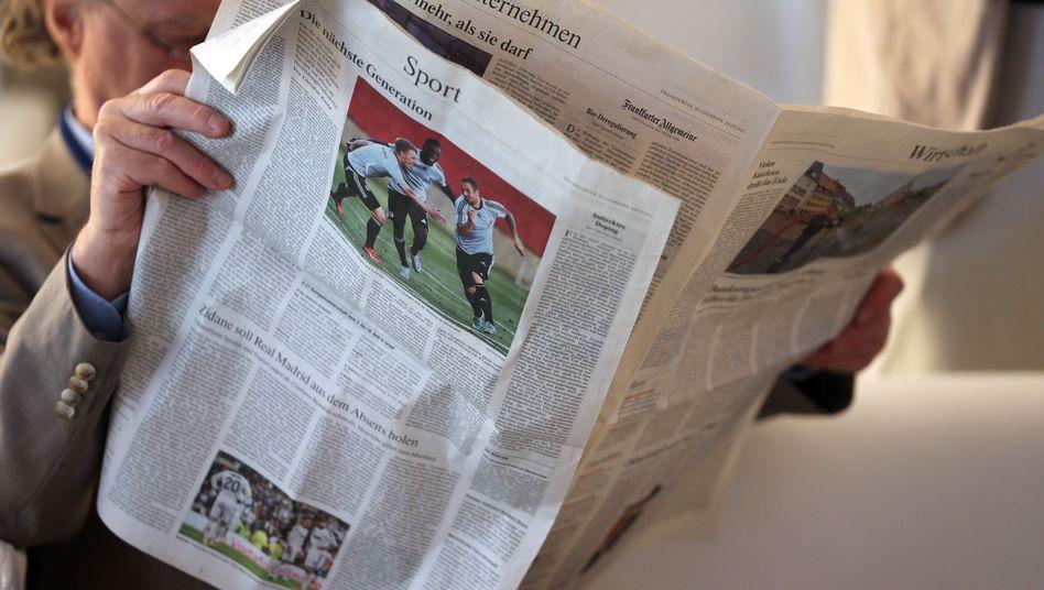 Mann liest Zeitung (Symbolbild)