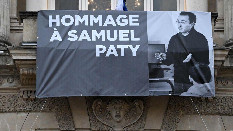 Ein Plakat an der Fassade der Oper von Montpellier erinnert an den getöteten Lehrer Samuel Paty
