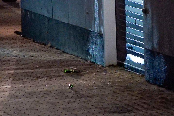 Diese Bierflaschen haben die Unbekannten an das Tor des Impfzentrums geworfen