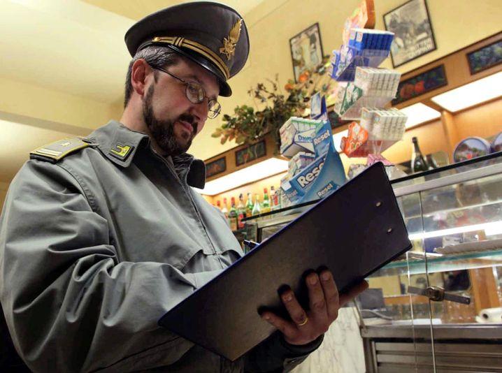 """Ein Polizist der italienischen """"Guardia di Finanza"""" in einer Bar bei Pisa (Archivbild)"""