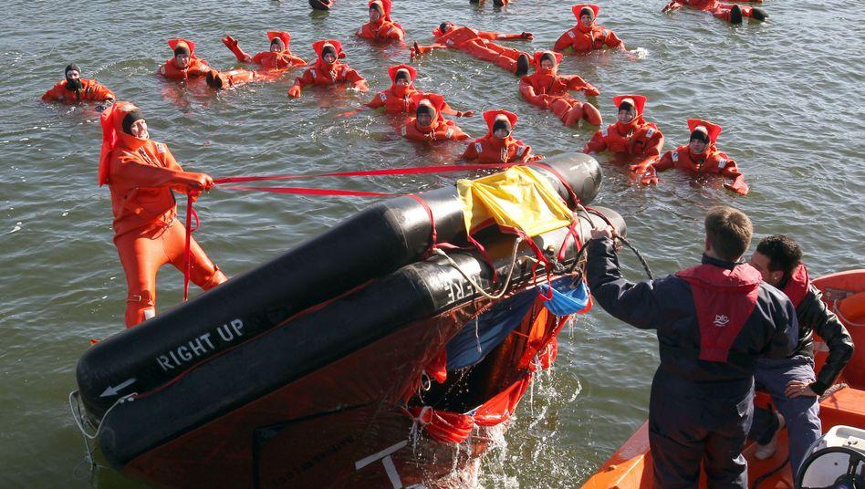 Schiffsunglück-Übung: Häufig überlebt die Crew, aber nur wenige Kinder werden gerettet