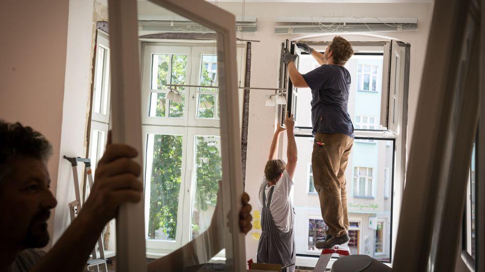 Einbau neuer Fenster (Archivfoto): Instandhaltung oder Modernisierung?