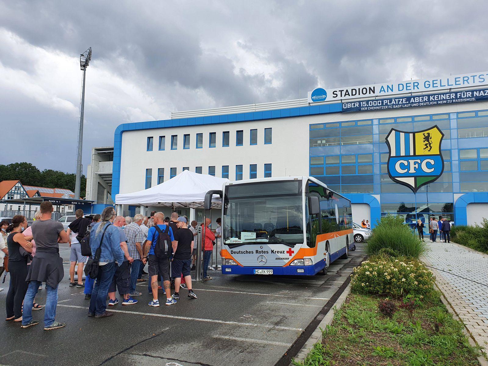 Impfbus am Gellertstadion 15.07.2021, Chemnitz,Corona- Impfung Am Donnerstag steht ein mobiler Impfbus des DRK von 15.0