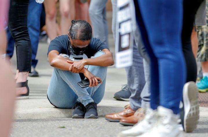 """""""Erschöpft und empört"""": Demonstrantin während der Trauerfeier für George Floyd in Minneapolis"""