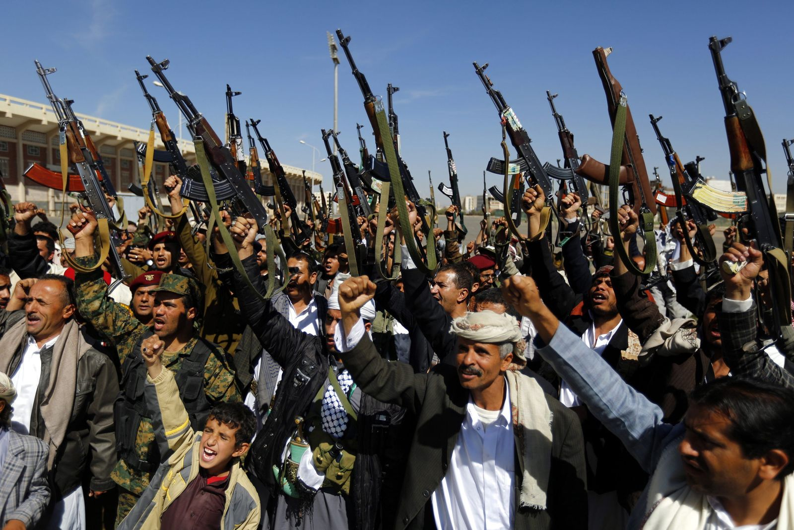 Yemeni tribesmen gather to show support to Shiite Houthis