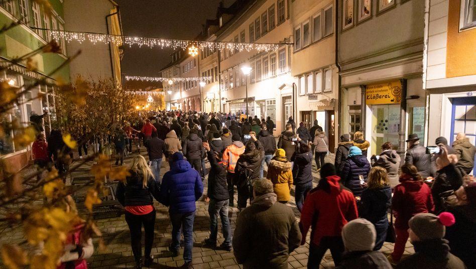Demonstration in Hildburghausen am Mittwoch: Nach dem teils maskenlosen Protest verhängt das Landratsamt nun ein Versammlungsverbot