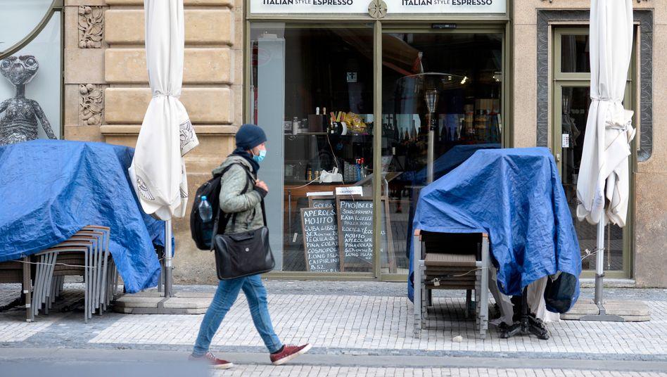Die Stühle sind zur Seite geräumt, das öffentliche Leben steht in Tschechien still