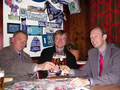 """""""Partei""""-Mitglieder Behrend, Hintner, Sonneborn (v.l.): """"Wie ist die Stimmung im Ort?"""""""