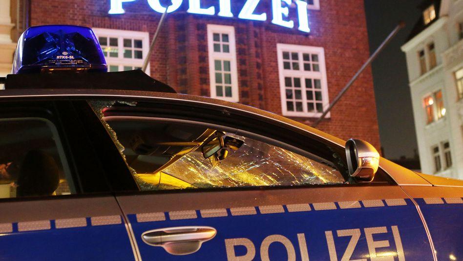 Zerstörtes Polizeifahrzeug vor der Davidwache am vergangenen Samstag