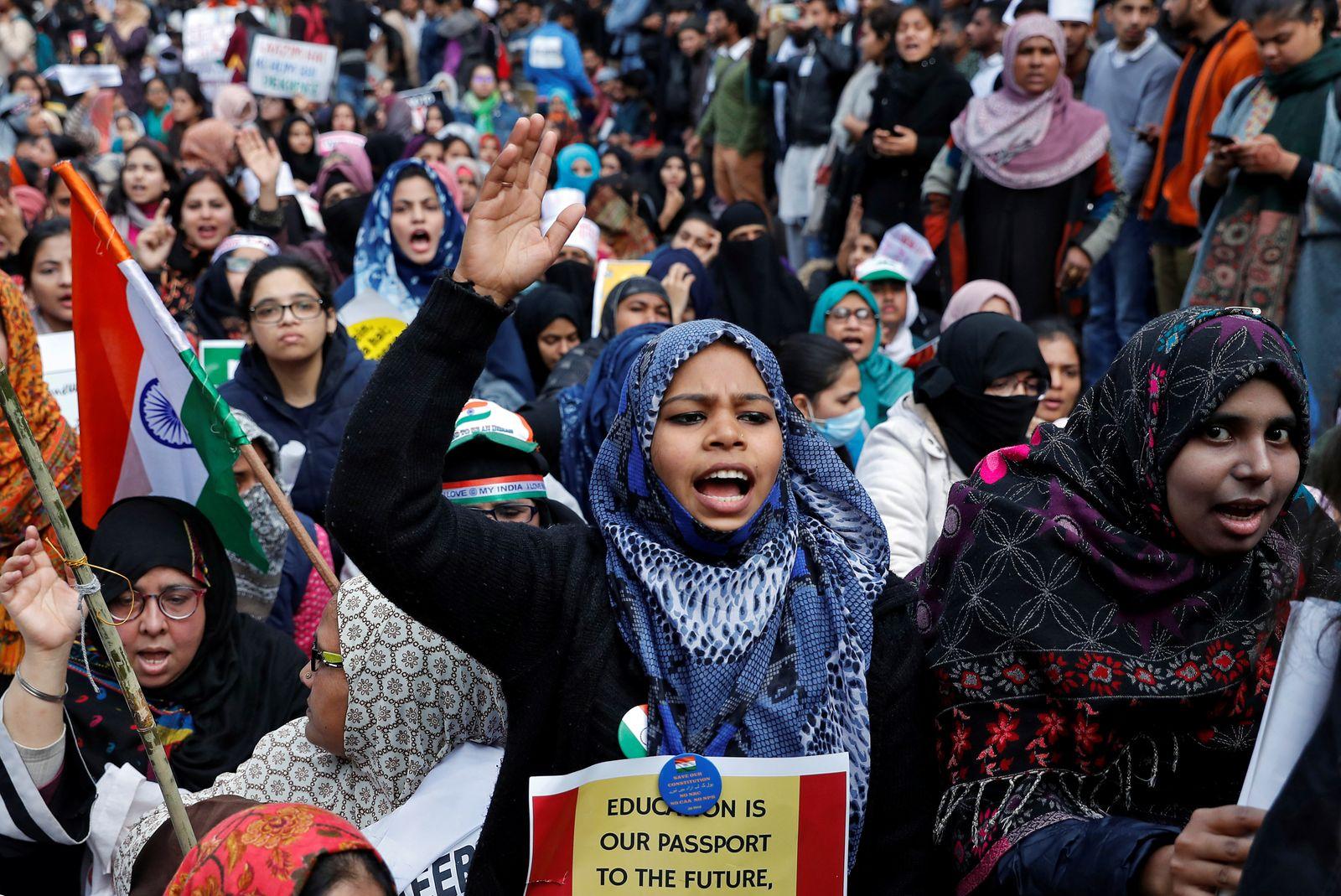 Demonstrantinnen und Demonstranten vor der Jamia Millia Islamia Universität in Delhi protestieren gegen die geplante Gesetzgebung