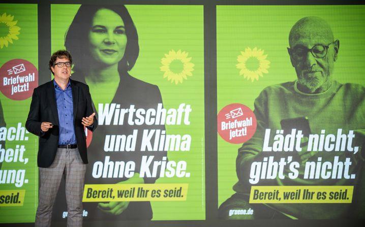 Wahlkampfleiter Kellner mit neuen Plakaten: Grasen auf der gleichen Wiese wie die Union
