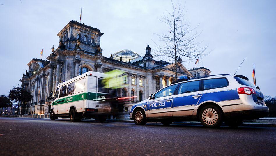Fahrzeuge der Polizei vor dem Reichstagsgebäude (8. Januar)