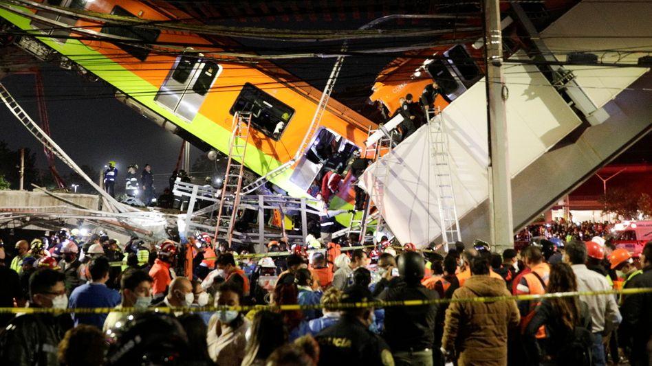 Einsatzkräfte versuchen, Passagiere mit Leitern zu retten: Die Brücke gab nach