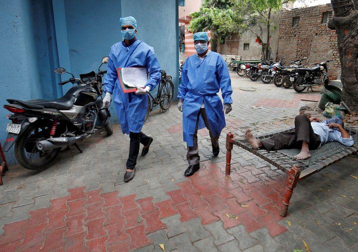 Indische Polizisten überprüfen Bürger in Quarantäne