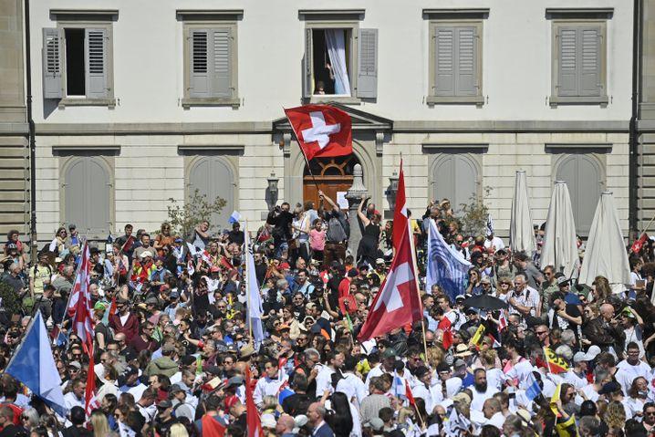 Zahlreiche Schweizerinnen und Schweizer protestieren ohne Einhaltung der Abstandsregeln in Rapperswil-Jona gegen die Corona-Maßnahmen