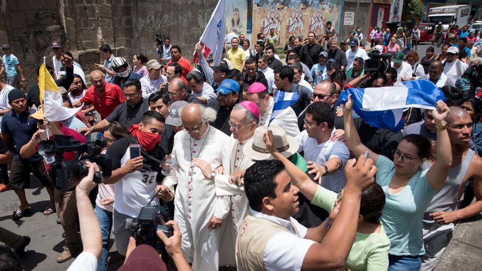 Nicaragua, Diriamba: Der Erzbischof von Managua, Kardinal Leopoldo Brenes (M.) und der Nuntius in Nicaragua, Erzbischof Waldemar Stanislaw Sommertag (r.)