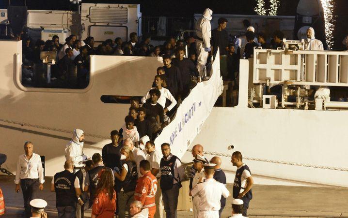 "Migranten verlassen die ""Diciotti"""
