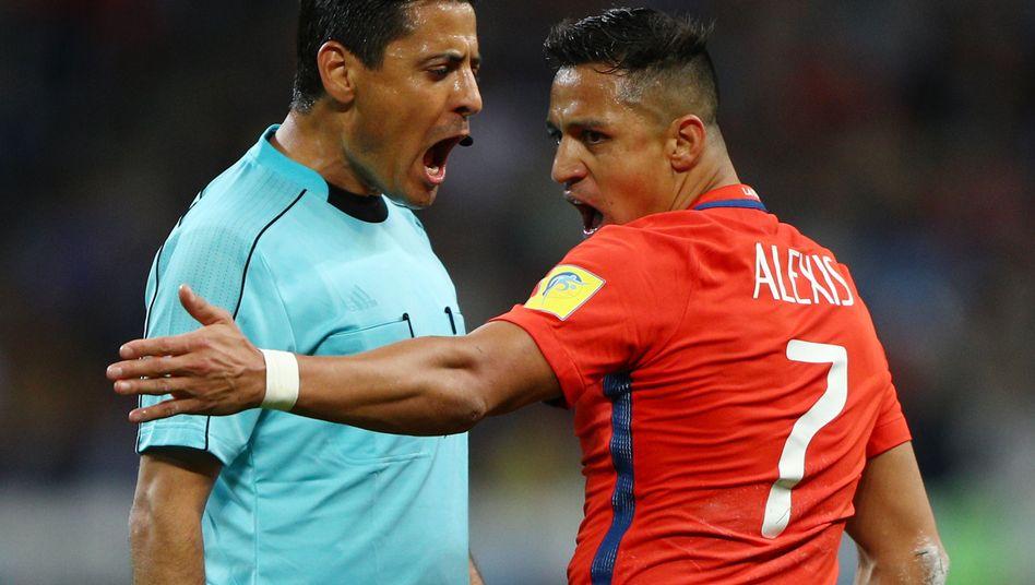 Referee Alireza Faghani diskutiert mit Alexis Sanchez beim Confed Cup 2017
