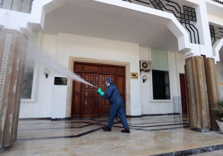Desinfektionsmaßnahmen an einem Gebäude in Tunis Anfang Oktober