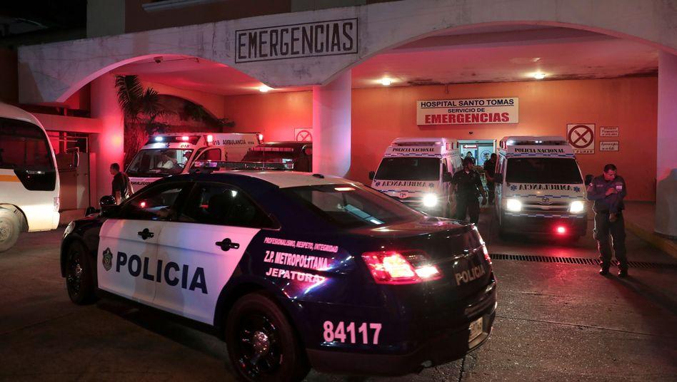 Einsatzfahrzeug vor Krankenhaus in Panama, wo die Verletzen behandelt werden