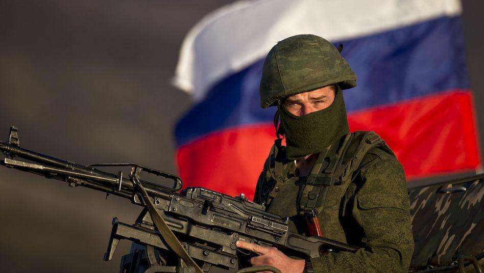 Russischer Soldat in der Ukraine: Truppen auf Landzuge nahe Krim vorgedrungen?