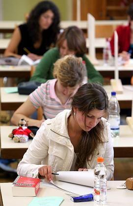 Schülerinnen (bei Abi-Prüfung): Oft sammeln sie bessere Noten als männliche Mitschüler