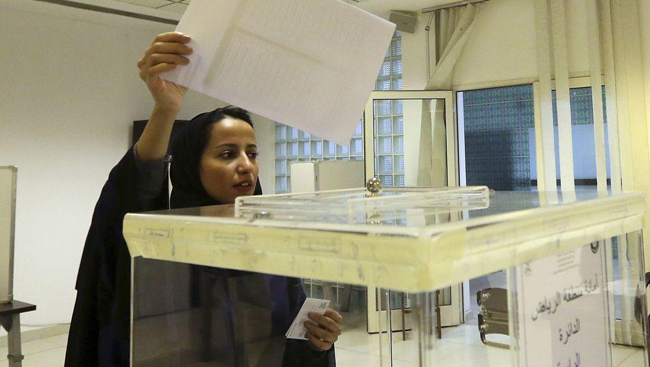 Eine Frau gibt in Riad ihre Stimme ab: Politische Gleichberechtigung bei den Kommunalwahlen