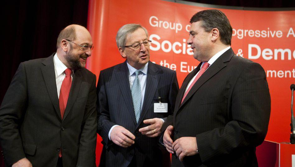 SPD-Politiker Schulz (l.) und Gabriel mit Juncker (Mitte): Heikle Lage für den Kommissionschef