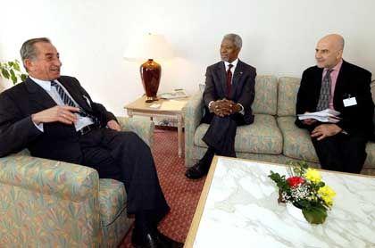 Verhandlungspartner Annan (M.), Uno-Sonderbeauftragter de Soto (r.) und der zyprisch-griechische Präsident Papadopoulos: Verhandlungen ohne Ergebnis