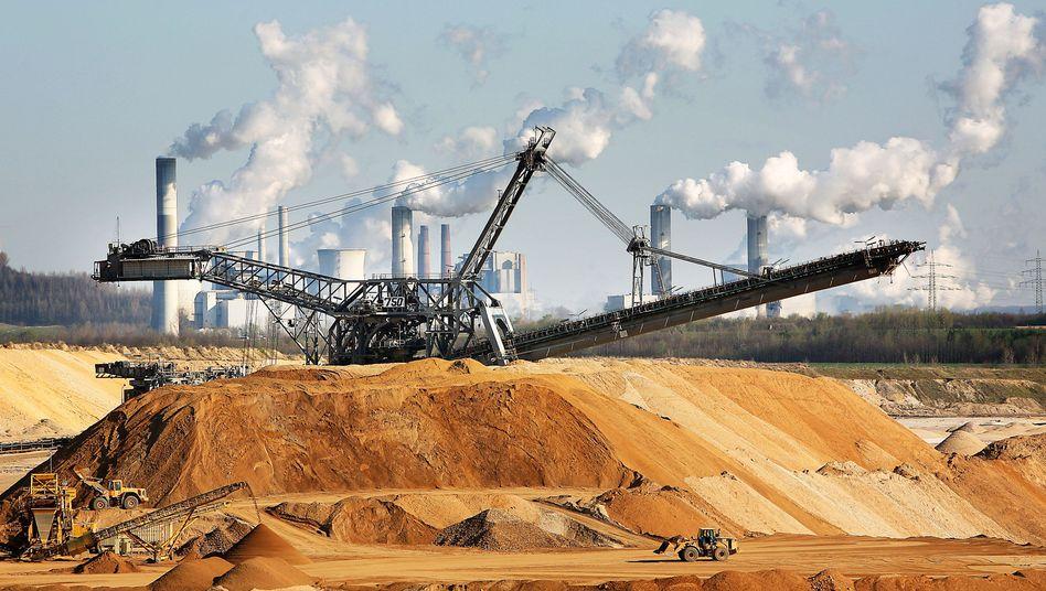 Bagger vor Braunkohlekraftwerk Neurath (Nordrhein-Westfalen)