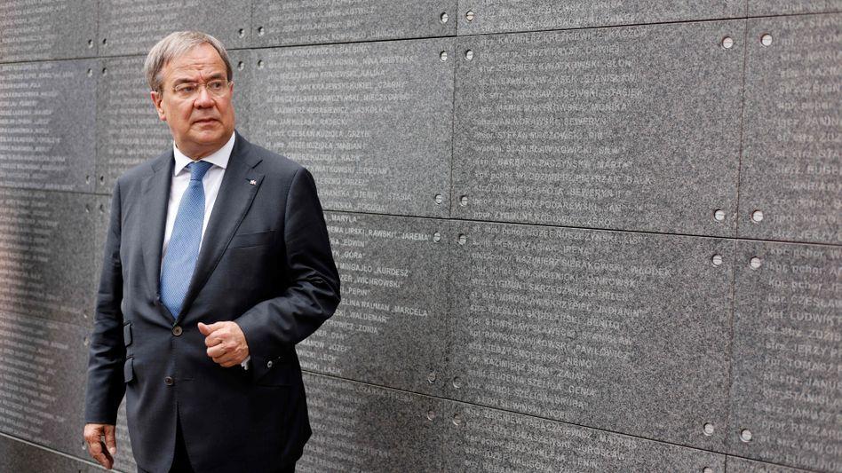 Laschet vor einer Gedenkwand auf dem Außengelände des Museums des Warschauer Aufstandes