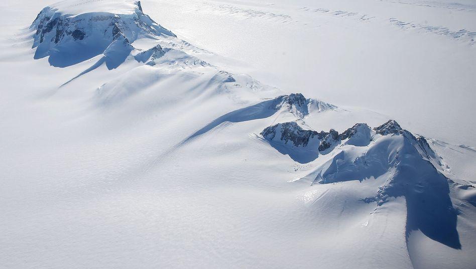 Eisschild durchbrochen von Berggipfeln in der westlichen Antarktis