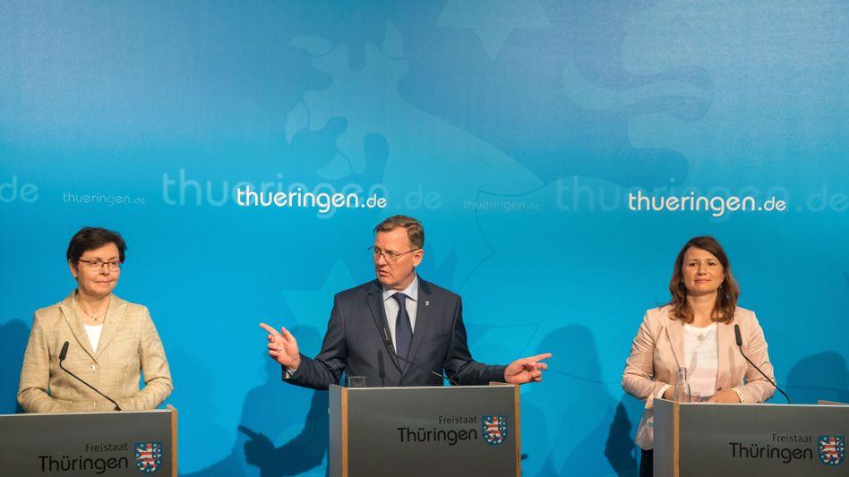 Thüringens Ministerpräsident Ramelow (Linke) mit Finanzministerin Taubert (SPD, l.) und Umweltministerin Siegesmund (Grüne)
