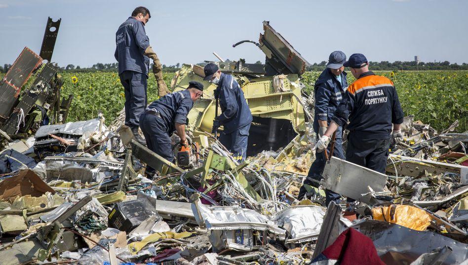 Ukrainische Kräfte im Trümmerfeld in der Ostukraine: Niederländische Experten wollen sich zur Ursache des Absturzes nicht äußern