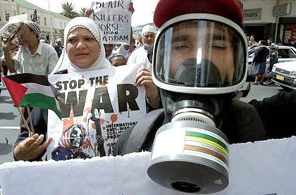 Vermummter Demonstrant in Kapstadt